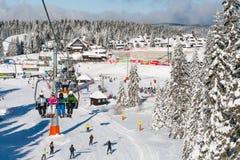 Skiort Kopaonik, Serbien, Leute auf dem Skiaufzug, Gebirgspanorama Stockfoto