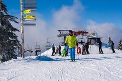 Skiort Kopaonik, Serbien, Skiaufzug, Steigung, Leuteski fahren Stockbild