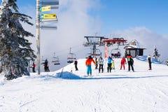 Skiort Kopaonik, Serbien, Skiaufzug, Steigung, Leuteski fahren Stockfotografie