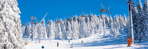 Skiort Kopaonik, Serbien, Skiaufzug, Steigung, Leuteski fahren Lizenzfreie Stockbilder