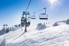 Skiort Kopaonik, Serbien, Steigung, Leute auf dem Skiaufzug, Sonne Stockbilder
