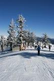 Skiort mit frischem Schnee Stockfotos