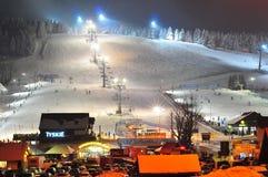 Skiort, Parkplatz, Bars und Steigung nachts in Zieleniec, Polen, im Februar 2018 Stockfoto
