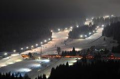 Skiort, Parkplatz, Bars und Steigung nachts in Zieleniec, Polen, im Februar 2018 Stockbilder