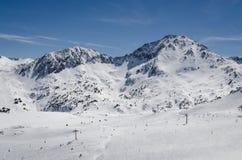 Skiort Pas de la Casa in Andorra an Grandvalira-Sektor Pyrenäen, sonniger Tag lizenzfreie stockfotografie