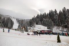 Skiort in Poiana Brasov, Siebenbürgen, Rumänien - Dezember 2018 lizenzfreies stockfoto