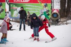 Skiort Protasov Yar Ukraine, Kiew am 25. Januar 2015 Die Skisteigung im Stadtzentrum Skischule für Kinder Der Lehrer lizenzfreies stockfoto