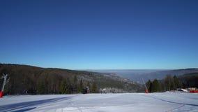 Skiort, weißer Schnee und blauer klarer Himmel, sonniges Wetter, timelapse stock footage