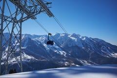 Skiortpanorama mit Drahtseilbahn-Aufzugkabine Usbekistan, Chimgan-Region, Frühling 2006 Stockfotos