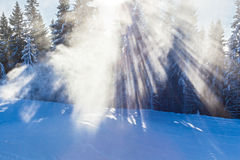 Skiortschnee schießt Betrieb im Schnee und Bäume inii Winter h Lizenzfreie Stockfotos