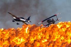 Skip Stewart die zijn hoogst gewijzigde de tweedekkerprometheus van Pitts s-2S met Melissa Pemberton vliegen die een Rand 540 vli stock foto's