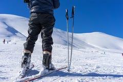 Skipfosten nahe einem Skifahrer auf dem Berg Falakro, in Griechenland Stockbild