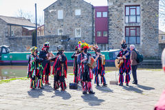 SKIPTON ENGLAND APRIL 6TH: Pålagda Morris dansare en offentlig displa Royaltyfria Bilder