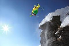 Skiër die tegen blauwe hemel springt Stock Foto's
