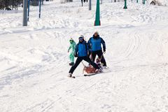 Skiretter trägt eine leere Wiege hinunter den Berg Konzept des gefährlichen Eislaufs, freeride, Rettung verletzter Skifahrer stockbilder