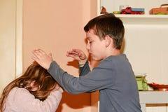 Skirmishing rodzeństwa Rodzeństwo rywalizacja Konflikt między rodzeństwami Zdjęcie Stock