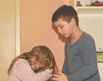 Skirmishing rodzeństwa Rodzeństwo rywalizacja Konflikt między rodzeństwami Zdjęcie Royalty Free