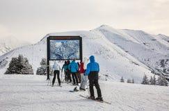 Skiërs bij de Bovenkant van de Helling Royalty-vrije Stock Fotografie