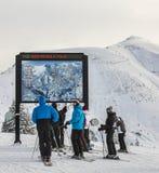 Skiërs bij de Bovenkant van de Helling Stock Afbeeldingen