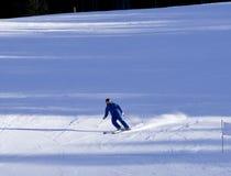 Skiërs die onderaan de helling gaan Royalty-vrije Stock Foto