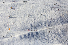 Skiërs op de helling Stock Foto's