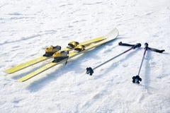 Skis auf Schnee Lizenzfreies Stockfoto