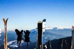Skis dans la neige aux montagnes Les skis avec des poteaux pour l'hiver actif vacation en montagnes photo libre de droits