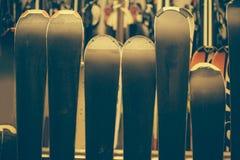 Skis in de winkel van de huurwinter Stock Afbeelding