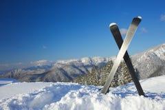 Skis in den Bergen Lizenzfreie Stockfotos