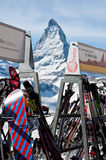 Skis an der Rücksortierung mit Matterhorn-Hintergrund Lizenzfreies Stockfoto