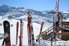 Skis die in de bar van de sneeuw zich dichtbij apres ski bevinden Royalty-vrije Stock Foto's