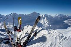 Skis en snowboards die zich rechtop in sneeuw bevinden Stock Afbeeldingen