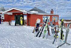 Free Skis On The Rack At The Beautiful Snow Day At The Stowe Mountain Ski Resort Vermont Royalty Free Stock Photos - 206850808