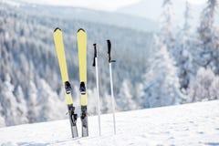 Skis op de sneeuwbergen Royalty-vrije Stock Afbeelding