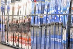 Skis op verkoop in de opslag Royalty-vrije Stock Foto