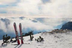 Skis in sneeuw bij bergen, zeer aardige zonnige de winterdag bij piek Stock Afbeeldingen