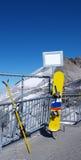 Skis und Snowboard Stockfoto
