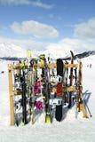 Skis und Snowboards, die im Schnee nahe apres Skistange stehen Lizenzfreies Stockbild