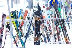 Skis und Snowboards im Schnee Lizenzfreie Stockbilder