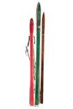 Skis utilisés par vintage d'isolement sur le blanc Photo libre de droits