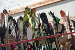 Skis vor einer Kneipe stockfotografie