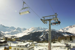 Skischneebahn mit Leuten in Italien Lizenzfreie Stockfotografie