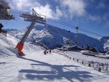 Skischule steigt den Piste ab stockbilder