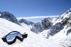 Skischutzbrillen mit Reflexion der Berge Stockfotografie