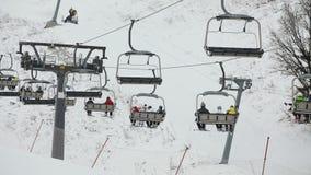 Skisesselbahn mit Skifahrern stock footage