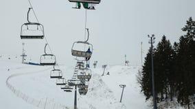 Skisesselbahn mit Skifahrern stock video footage