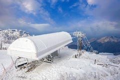 Skisesselbahn wird durch Schnee im Winter, Deogyusan-Berge umfasst Lizenzfreie Stockbilder