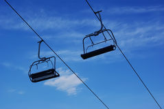 Skisessellift lizenzfreie stockbilder
