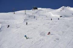 Skisloopes con gli sciatori alpini Gaschurn Immagine Stock