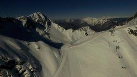 Skislope sur le dessus de la montagne Vidéo aérienne banque de vidéos
